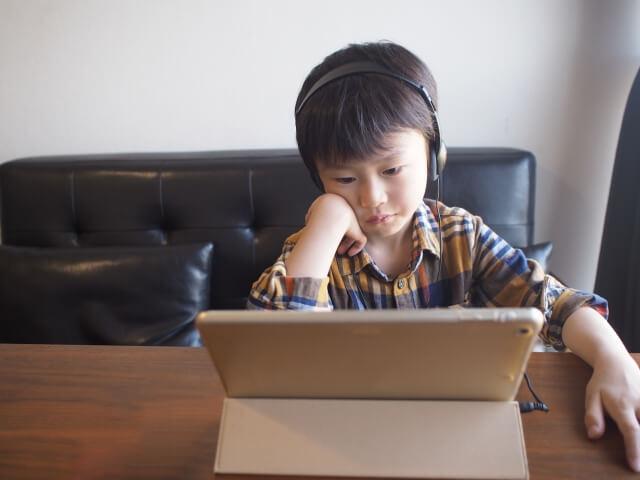 パソコンを眺める男の子