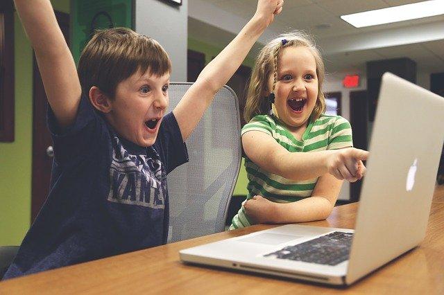 パソコンを見て喜ぶ子ども