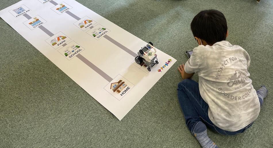 ロボットを動かしてみる男の子